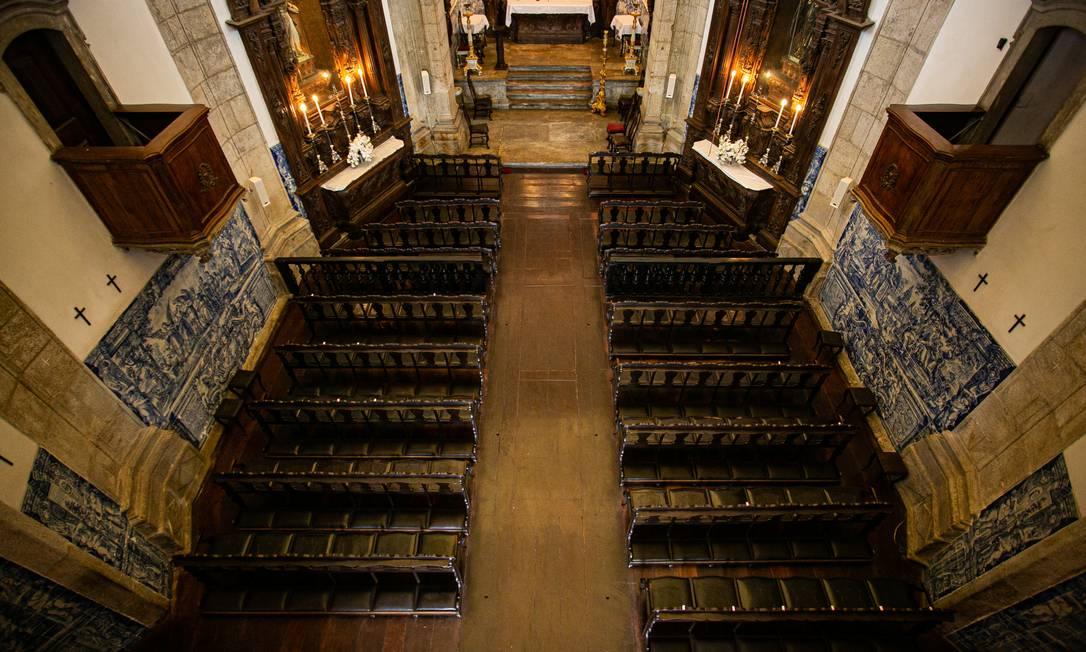 Interior da igreja do Outeiro da Glória, vista de cima. Bancos alinhados em 2 fileiras de frente para o altar.