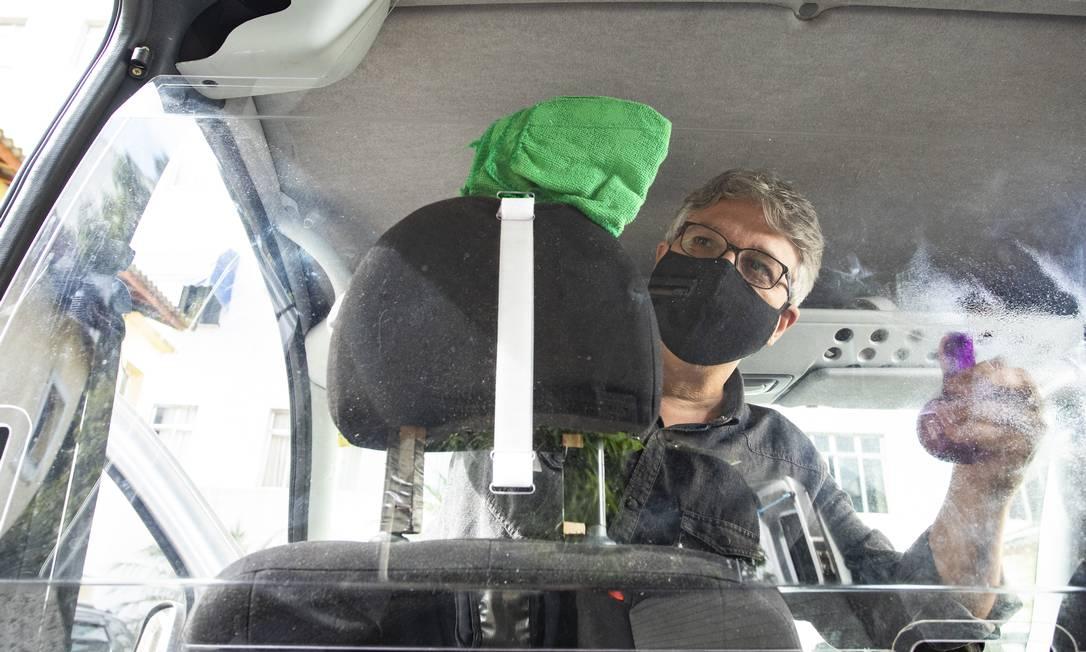 Presidente da Associação de Motoristas Particulares Autônomos do Rio, Denis Moura instalou uma placa de policarbonato no carro, que o deixa isolado dos passageiros Foto: Ana Branco / Agência O Globo