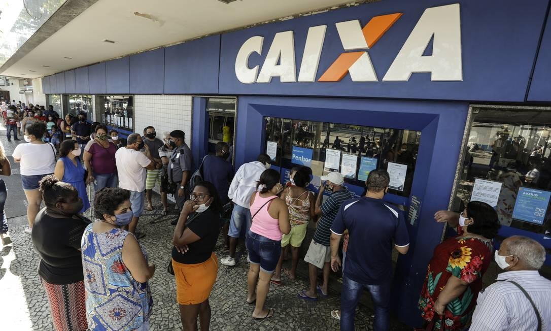 Fila em agência da Caixa Econômica para retirar o auxílio emergencial Foto: Gabriel de Paiva/27-7-2020 / Agência O Globo