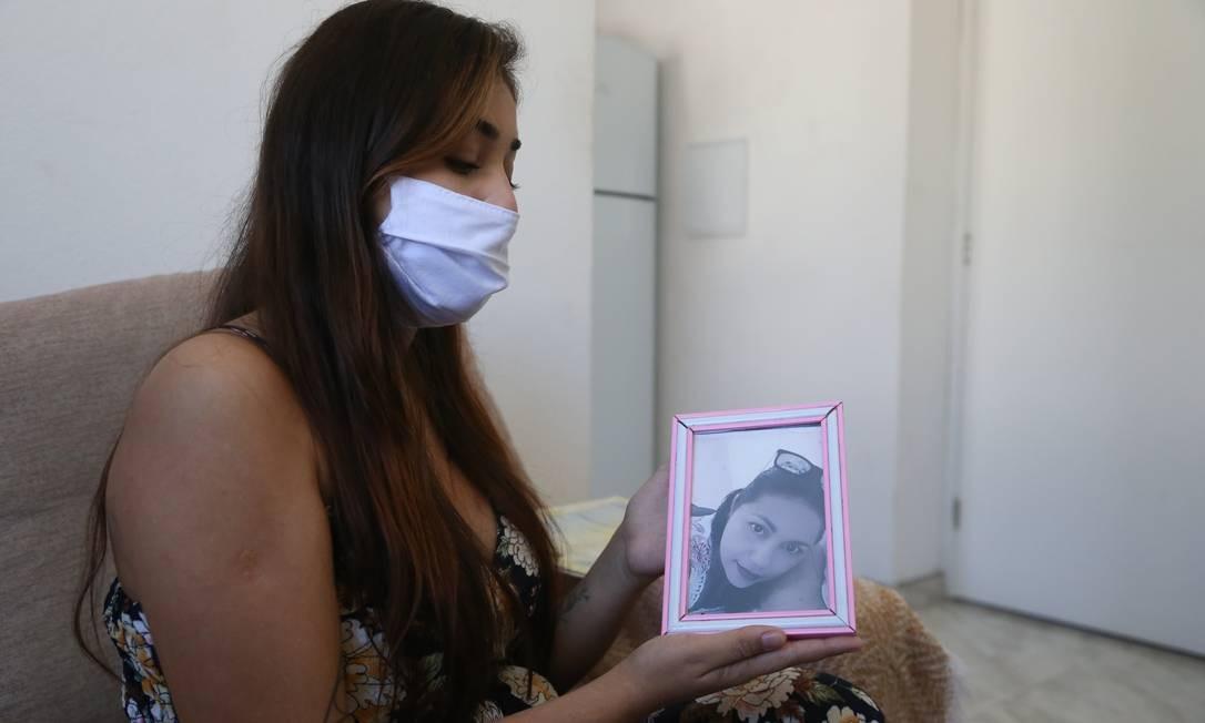 Dor: Michelle mostra a foto da mãe, Gilmara, encontrada morta na última quinta-feira. Médico revelou que cozinheira foi asfixiada Foto: Pedro Teixeira / Agência O Globo