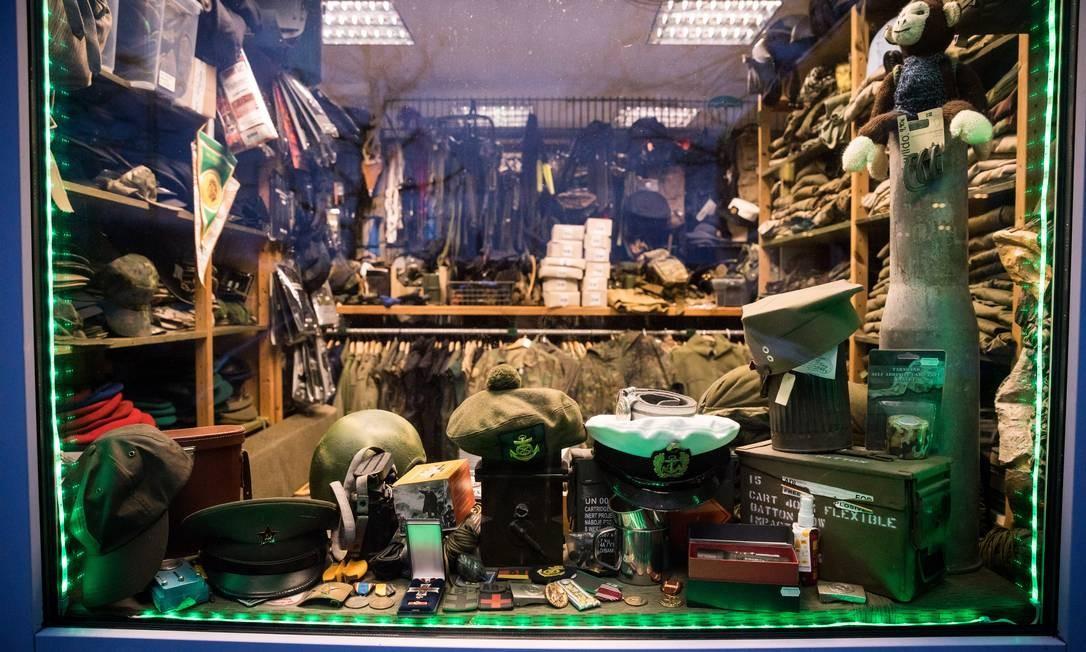 Loja de equipamentos militares em Scwherin, na Alemanha, mantida por um integrante do Nordkreuz Foto: GORDON WELTERS / NYT