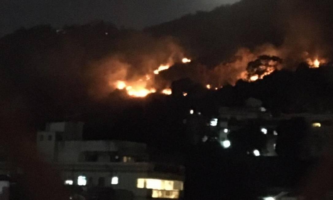 Fogo atinge mata do Morro do Salgueiro, na Tijuca Foto: Reprodução