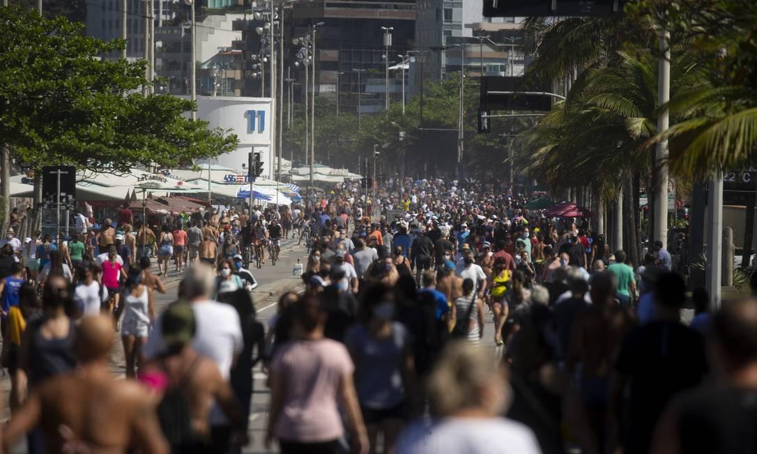 Cariocas ignoram medidas de isolamento social e se aglomeram na orla do Leblon, na Zona Sul do Rio, no últim domingo (2) Foto: Márcia Foletto / Agência O Globo