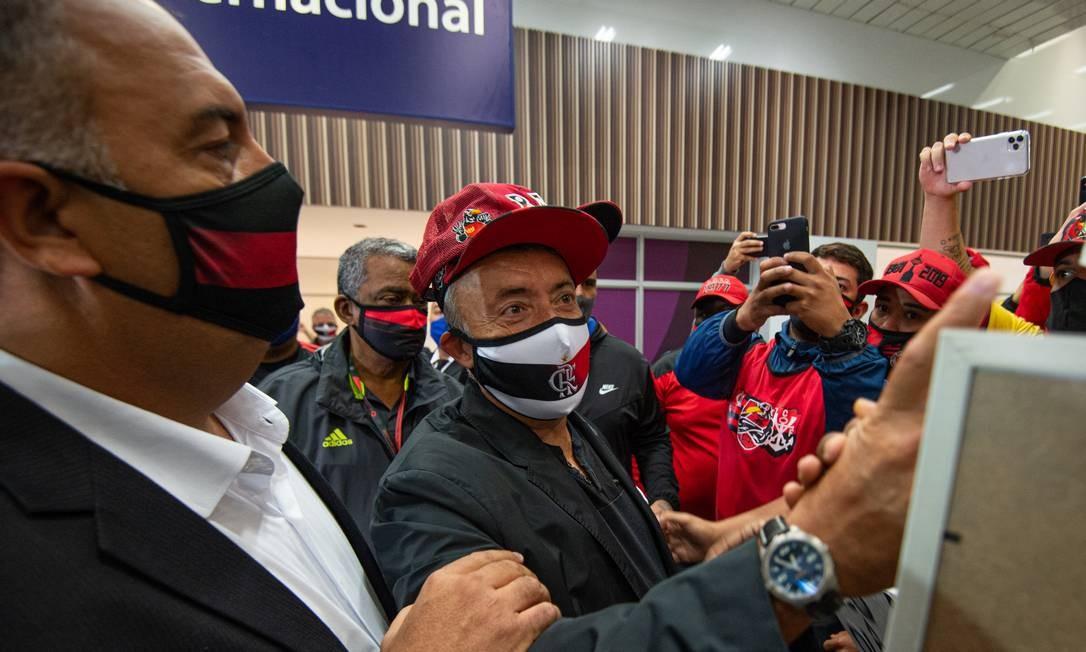Domènec Torrent recebe o calor da torcida Foto: Alexandre Vidal / Flamengo