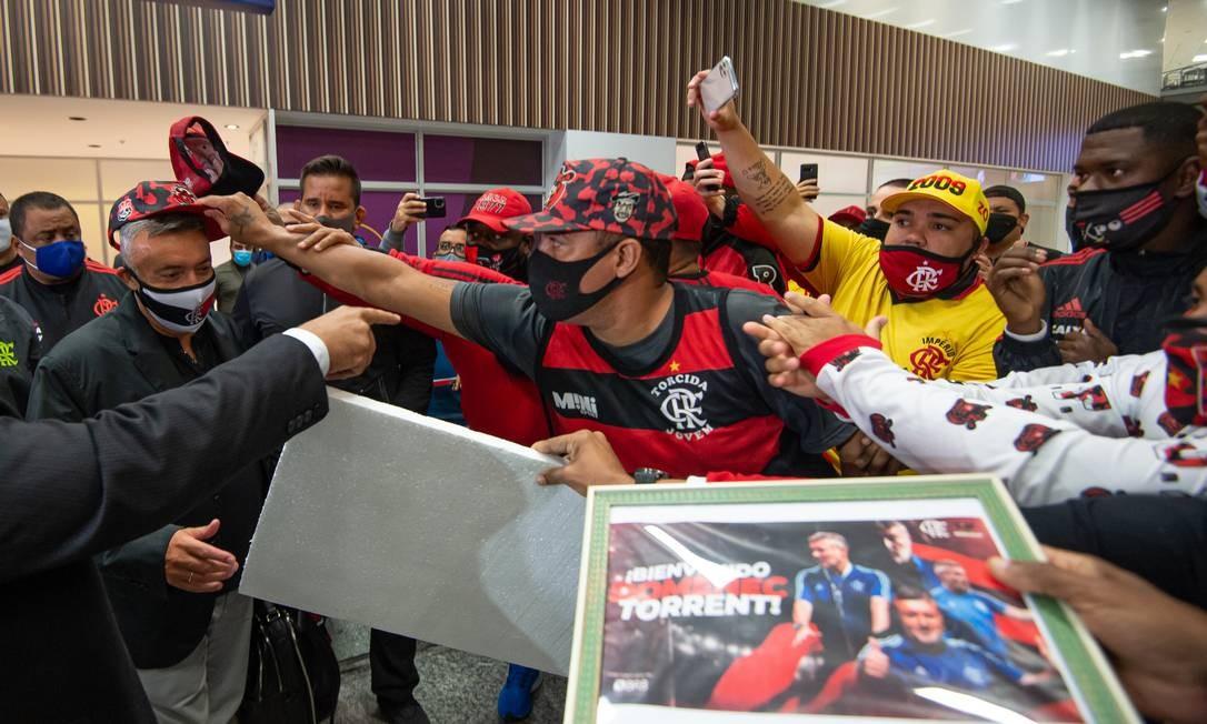 Torcedores do Flamengo se aglomeram para tietar o novo técnico do clube Foto: Alexandre Vidal / Flamengo