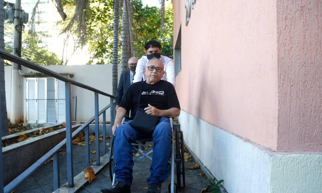 O médico chega para prestar depoimento de cadeira de rodas Foto: Fabio Rossi/ Agência O Globo