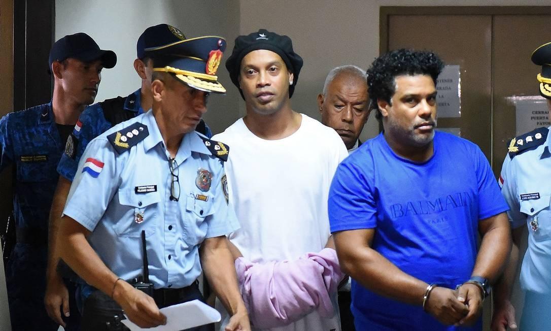 Ronaldinho Gaúcho e Assis, no Paraguai Foto: Norberto DUARTE/AFP