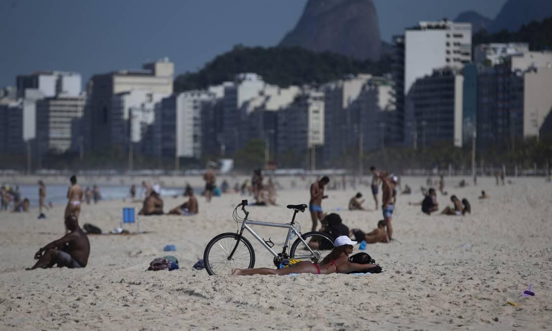 Cariocas voltaram a desrespeitar regras de isolamento nesta segunda-feira: permanência nas praias segue proibida pela prefeitura Foto: Márcia Foletto / Agência O Globo