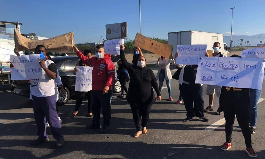 Enfermeiros protestaram na manhã desta segunda-feira, em frente ao Hospital de Saracuruna Foto: Divulgação