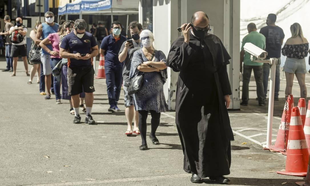 Pessoas esperam em fila para fazer teste gratuito para a Covid-19 posto do Detran no Flamengo. Exames eram feitos pela Secretaria estadual de Saúde. Foto: Gabriel de Paiva / Agência O Globo