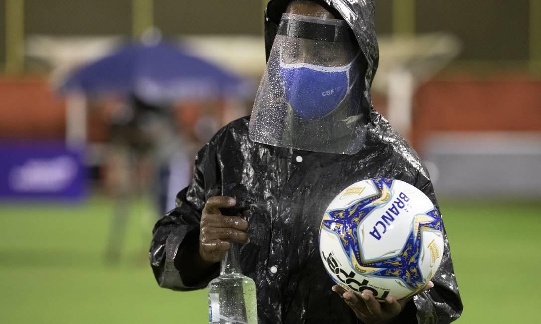 Gandula tem que higienizar a bola Foto: Lucas Figueiredo/CBF