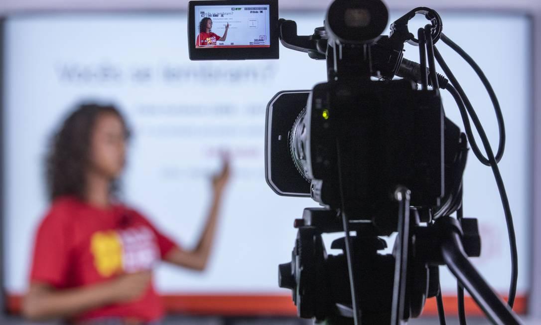 Professora durante gravação de aula on-line Foto: Ana Branco/20-3-2020 / Agência O Globo