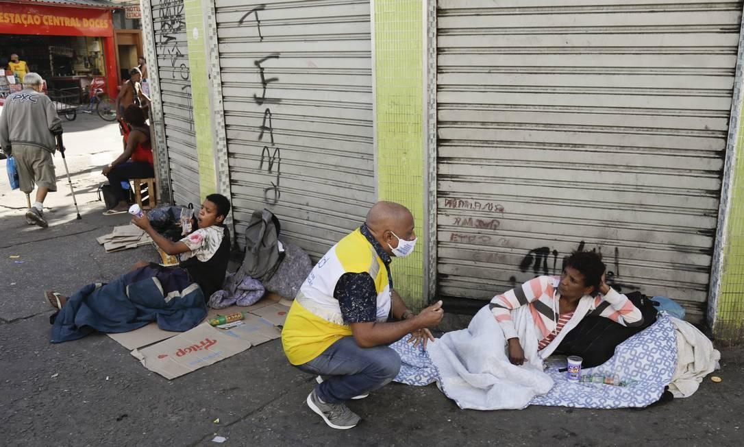 Agentes da prefeitura do Rio atendem população de rua no entorno da Central do Brasil em 21 de julho de 2020 Foto: Gabriel de Paiva / Agência O Globo