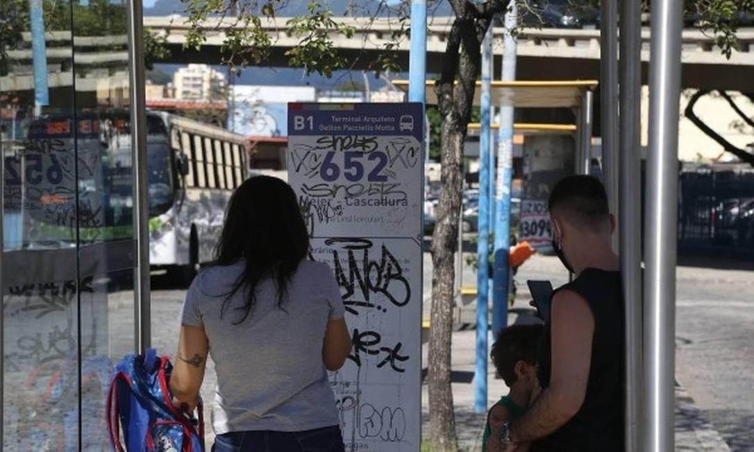 Passageiros aguardavam nesta segunda o 652 no Méier: muitos reclamaram que não sabiam do fechamento da empresa Foto: Pedro Teixeira / Agência O GLOBO