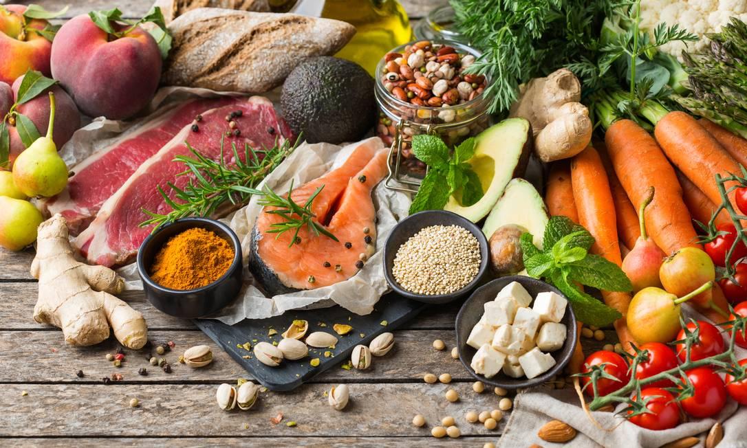 É preciso ter atenção na rotina alimentar para não amplificar sintomas ou ter aumento de peso Foto: Aamulya / Getty Images/iStockphoto