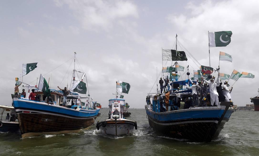 Pescadores e apoiadores do partido Tehreek-e-Insaf (PTI), no Paquistão, organizam uma manifestação a bordo de barcos em apoio aos muçulmanos da Caxemira na Caxemira administrada pela Índia, em Karachi, à frente do Yaum-i-Istehsal ou Dia da exploração, celebrado no dia 5 de agosto, no primeiro aniversário depois que a Índia eliminou o status semi-autônomo da região de maioria muçulmana da Caxemira e impôs uma grande restrição à segurança Foto: ASIF HASSAN / AFP