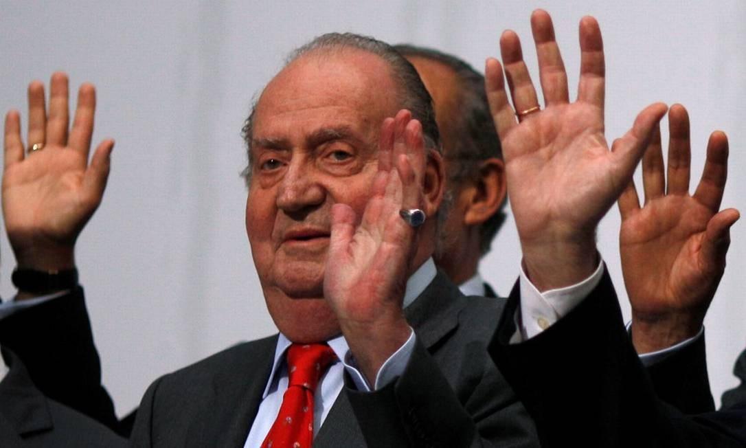 Rei emérito Juan Carlos acena durante cúpula de líderes ibero-americanos em Cadiz, no Sul espanhol Foto: Jon Nazca / REUTERS / 17-11-2012