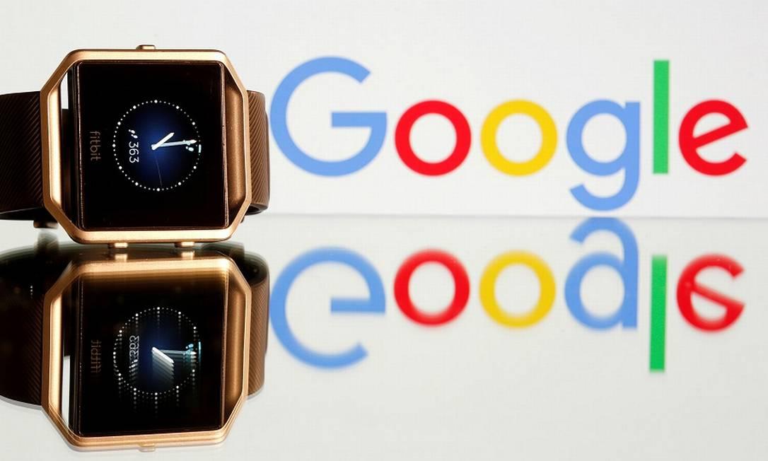 O relógio esportivo Fitbit Blaze e o logotipo do Google: reguladores de ollho na aquisição. Foto: Dado Ruvic / REUTERS