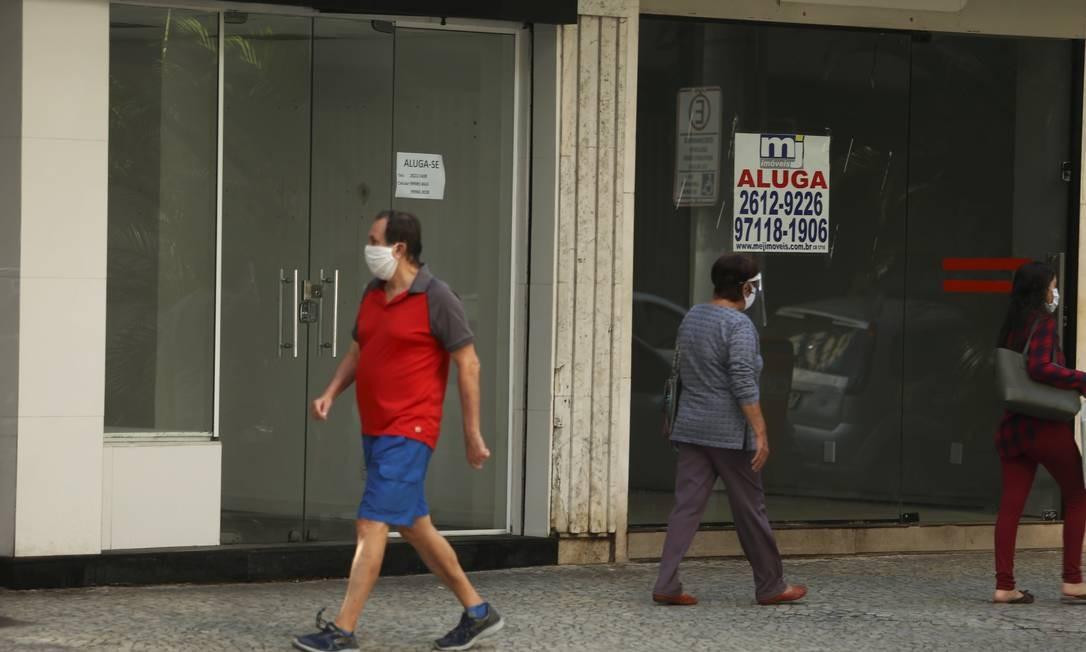 Lojas fechadas em Icaraí: com 3.119 vagas perdidas este ano, o comércio foi um dos setores mais afetados pela crise sanitária Foto: Fabiano Rocha / 03.06.2020 / Agência O Globo