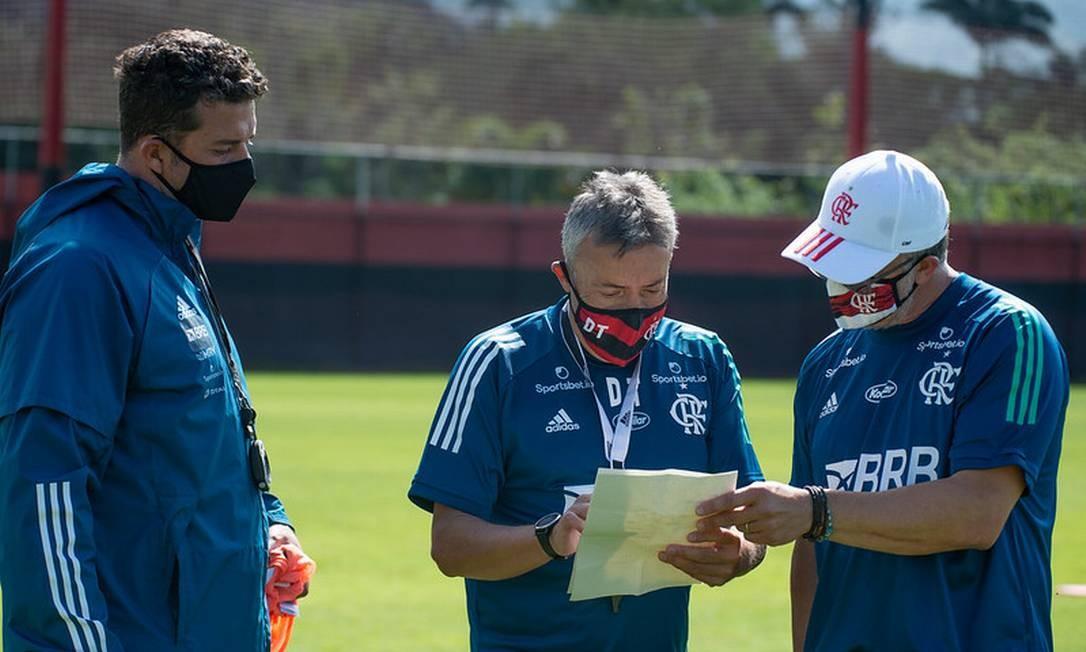Torrent analisa o treinamento ao lado de preparador Betinho e auxiliar Jordi Guerrero Foto: Divulgação Alexandre Vidal