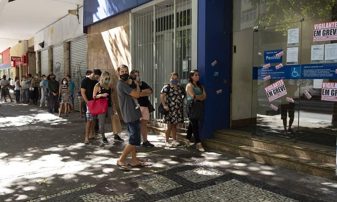 Fila na Caixa: mais uma parcela do auxílio. Foto: Márcia Foletto / Agência O Globo