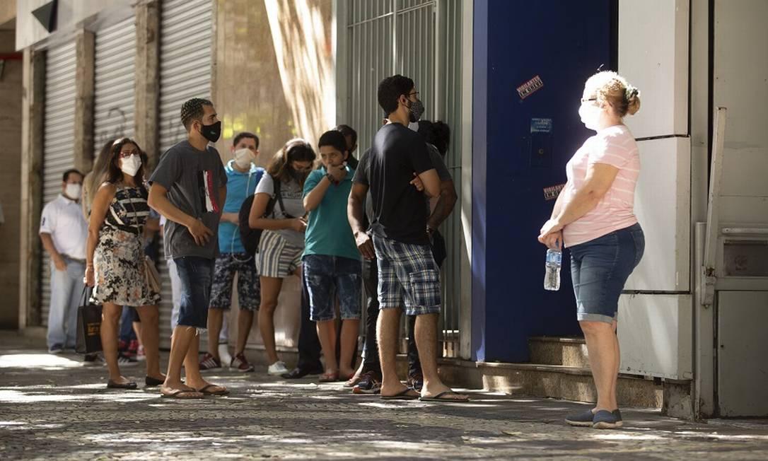 Fila para atendimento em agência da Caixa na Avenida Nossa Senhora de Copacabana: mais canais para contestação. Foto: Márcia Foletto / Agência O Globo