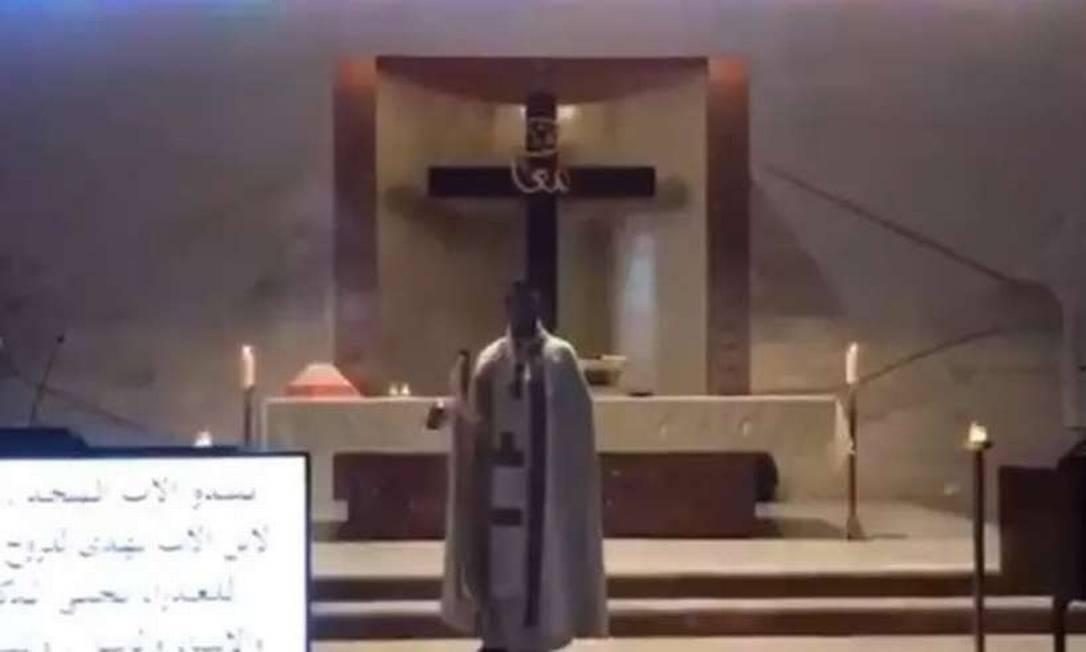 Padre foi atingido por escombros enquanto celebrava missa no Líbano Foto: Reprodução