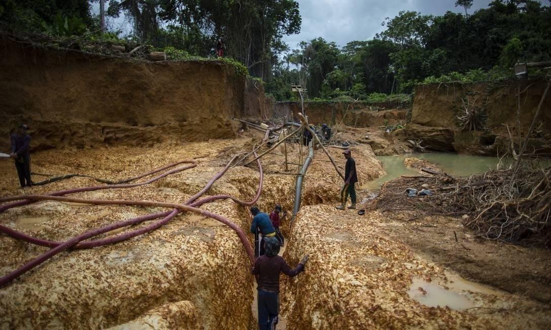 Salles viajou a Jacareacanga, no Oeste do Pará, se reuniu com garimpeiros e defendeu a atividade. Na foto, garimpo ilegal de ouro na reserva indígena ianomâmi, em Roraima, flagrado pelo GLOBO no ano passado Foto: Daniel Marenco / Agência O Globo