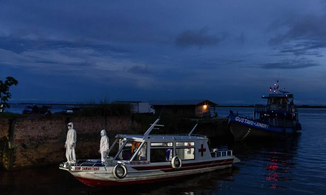 Barco ambulância chega em Manacapuru, no Amazonas Foto: TYLER HICKS/The New York Times / Agência O Globo