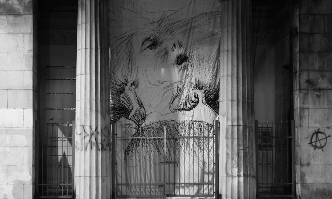 Portão do Cemitério da Consolação recebeu uma obra de Flávio de Carvalho, de série que mostra a sua mãe sofrendo com câncer; a imagem de uma idosa em sofrimento foi escolhida por lembrar os doentes com coronavírus Foto: Matheus José Maria / Divulgação