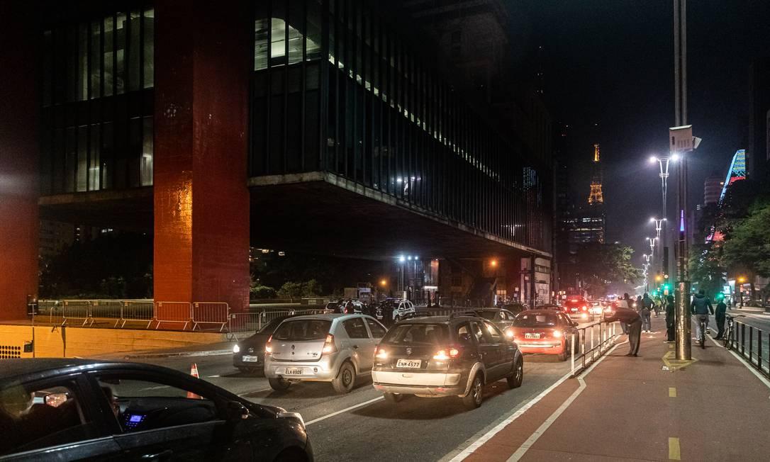 Performance percorreu a Avenida Paulista e a Rua da Consolação, sempre em marcha a ré Foto: Matheus José Maria / Divulgação