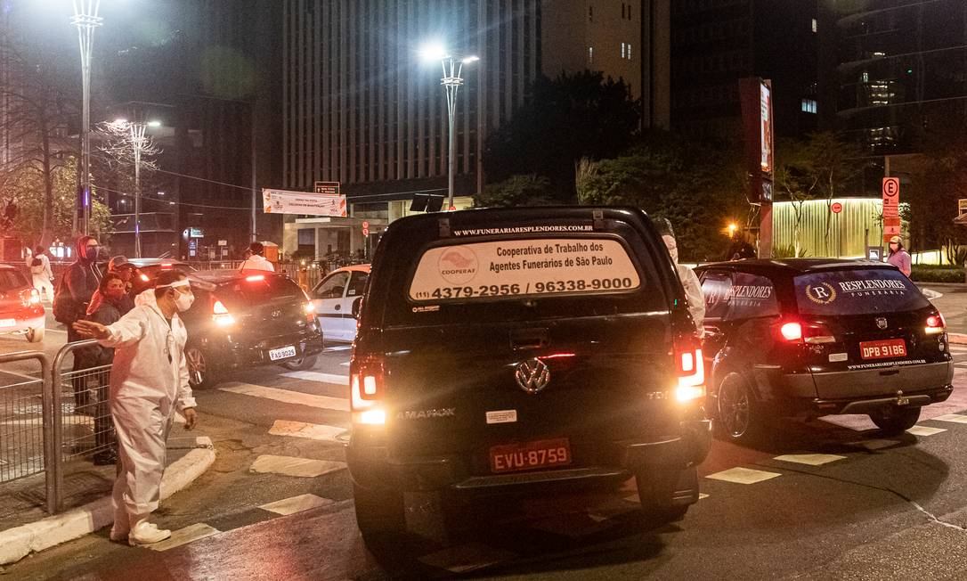Carros funerários abriram e fecharam o cortejo da performance Foto: Matheus José Maria / Divulgação