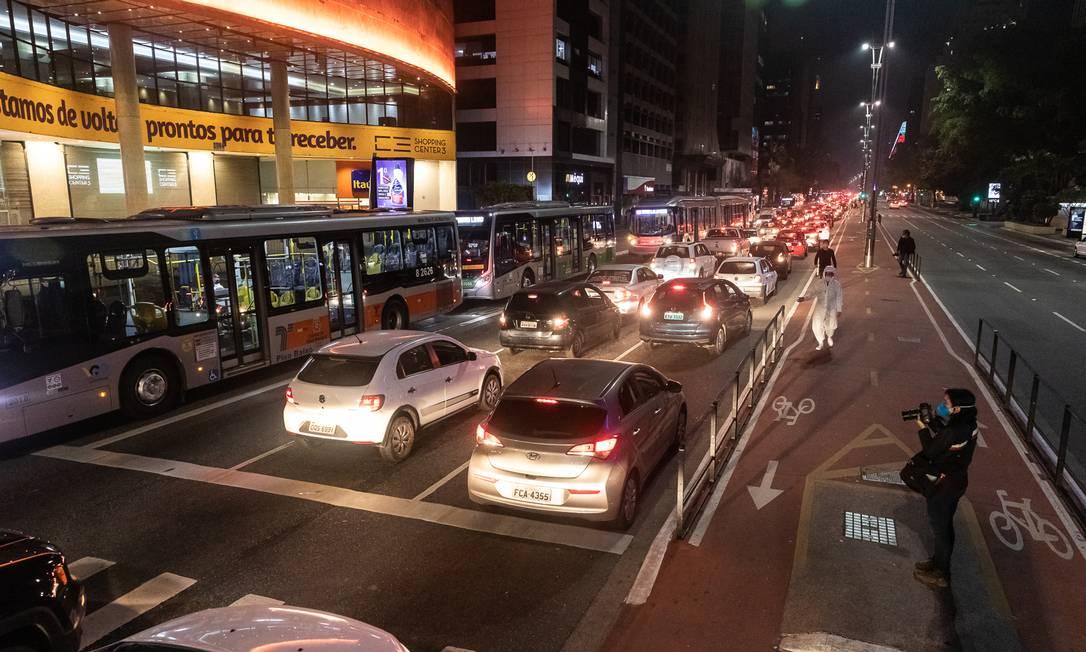 Carreata em marcha a ré da Avenida Paulista à Rua da Consolação teve trilha do barulho de respiradores usados em hospitais e do Hino Nacional tocado ao revés Foto: Matheus José Maria / Divulgação
