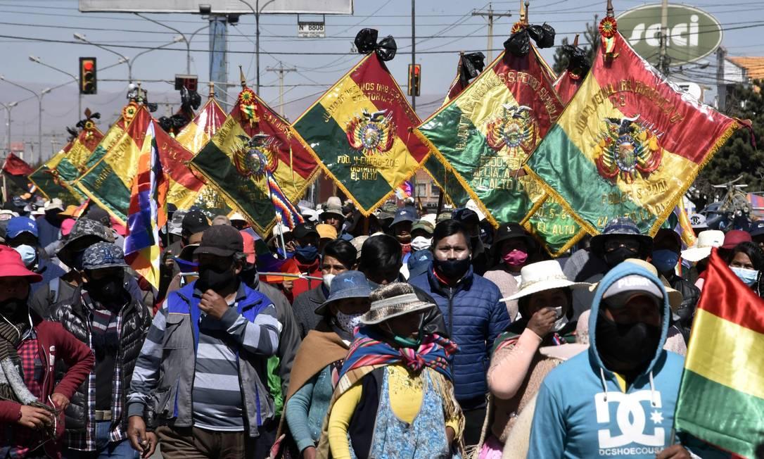 Manifestantes em passeata na cidade de El Alto, próximo à capital La Paz, na Bolívia: rodovias bloqueadas Foto: AIZAR RALDES / AFP
