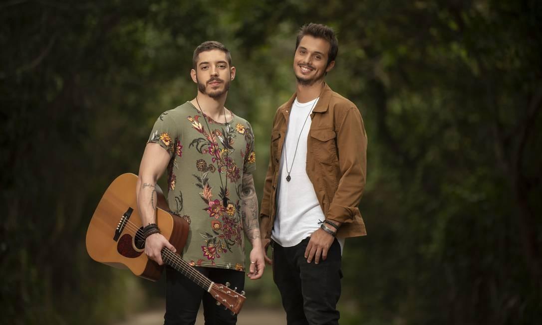 A dupla de música pop Rafa e Fredy, que além de artistas, também são médicos da linha de frente no combate à Covid-19. Foto: Divulgação / Washington Possato