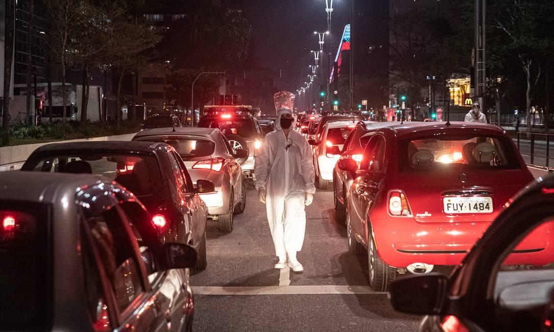 Carreata em marcha a ré da Avenida Paulista à Rua da Consolação teve trilha do barulho de respiradores usados em hospitais e do Hino Nacional tocado ao contrário Foto: Matheus José Maria / Divulgação