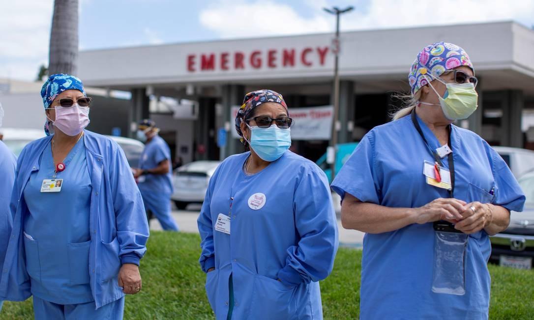 Profissionais de saúde protestam por melhores condições de trabalho na pandemia em frente a hospital de Fountain Valley, na Califórnia Foto: MIKE BLAKE / REUTERS