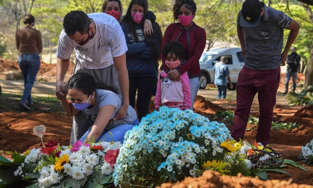 Parentes acompanham enterro de idosa de 65 anos, que morreu com suspeita da Covid-19, no cemitério Vila Formosa, em São Paulo (SP), na última quinta-feira (6) Foto: NELSON ALMEIDA / AFP
