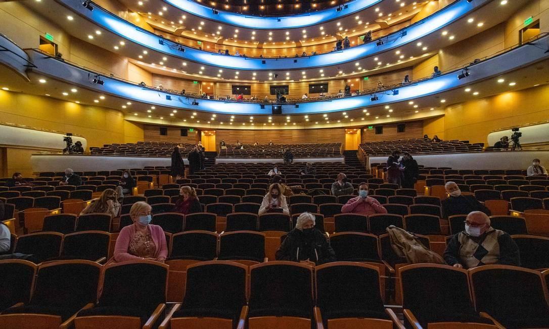 No dia de reabertura dos teatros, espectadores esperam início da apresentação de um coro no Auditório Nacional Adela Reta, Montevidéu Foto: Pablo Porciuncula / AFP