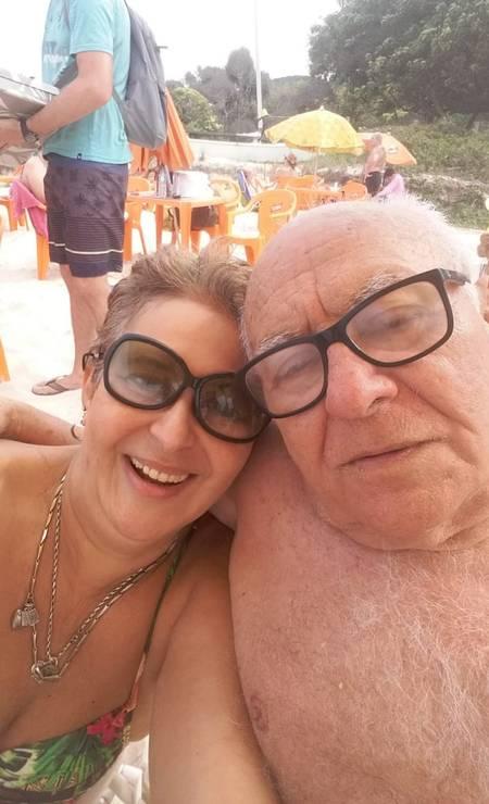 Monica Frazão e o pai Renaud aproveitando a praia Foto: Arquivo pessoal