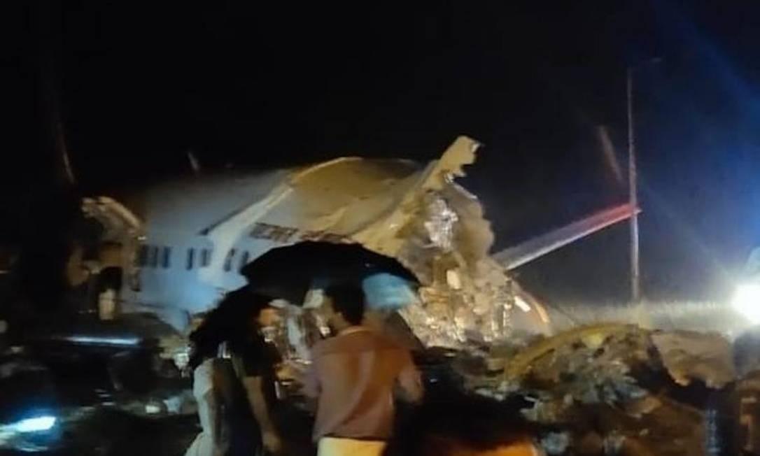 Avião se partiu ao pousar na Índia Foto: Reprodução / Redes sociais