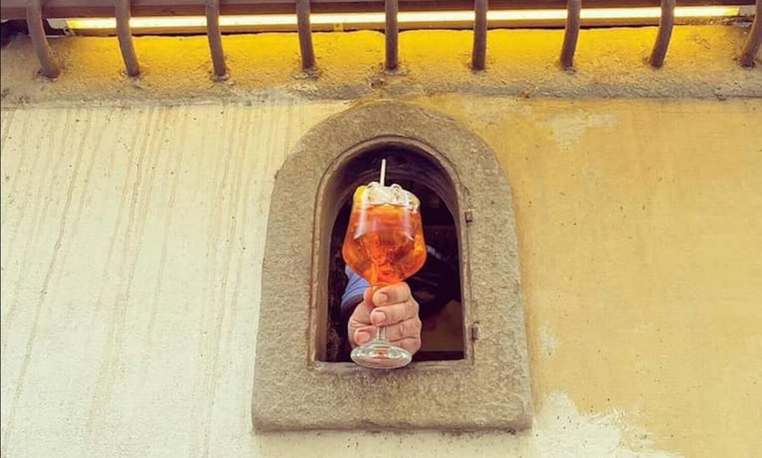Um Aperol Spritz servido pela janelinha da Osteria delle Brache, em Florença Foto: Associazione Buchette del Vino / Reprodução
