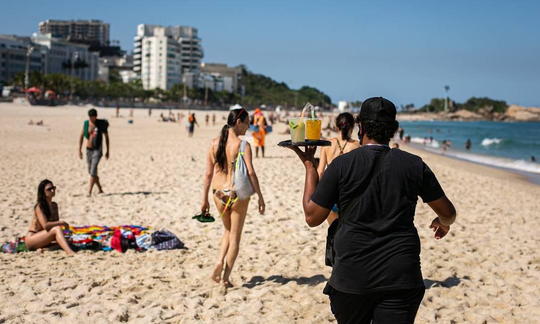 Ambulantes ofereciam caipirinhas e drinques em bandejas, na areia Foto: Hermes de Paula / Agência O Globo
