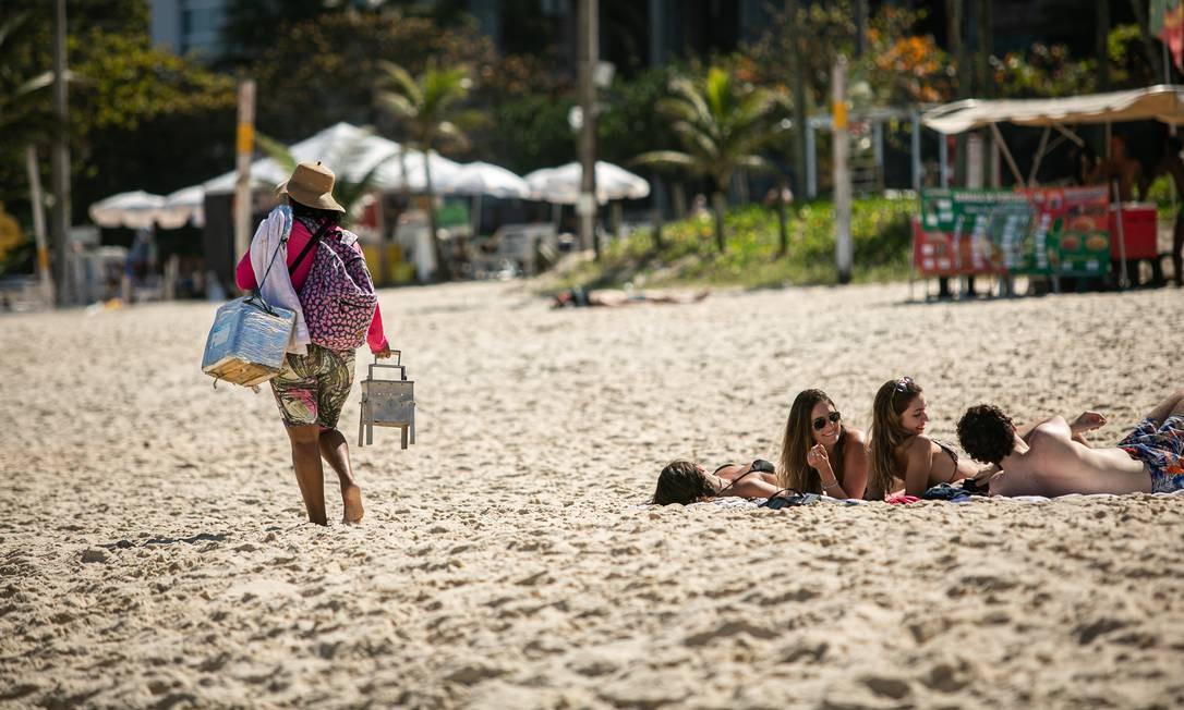 Vendedores circulavam livremente pelas praias, nesta sexta-feira, oferecendo sanduíche, queijo coalho, espetinho de camarão, mate e empadinhas Foto: Hermes de Paula / Agência O Globo
