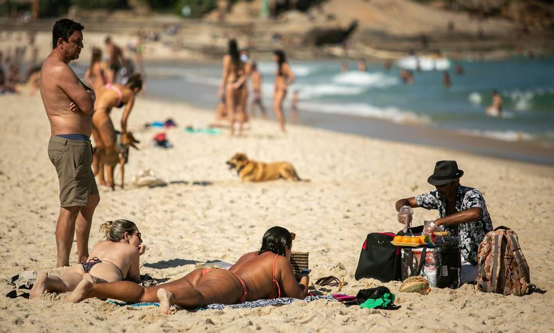 As regras de flexibilização deixaram muitos cariocas confusos quanto ao que pode e o que não pode nas praias cariocas. O resultado é o desrespeito às decisões do poder público Foto: Hermes de Paula / Agência O Globo