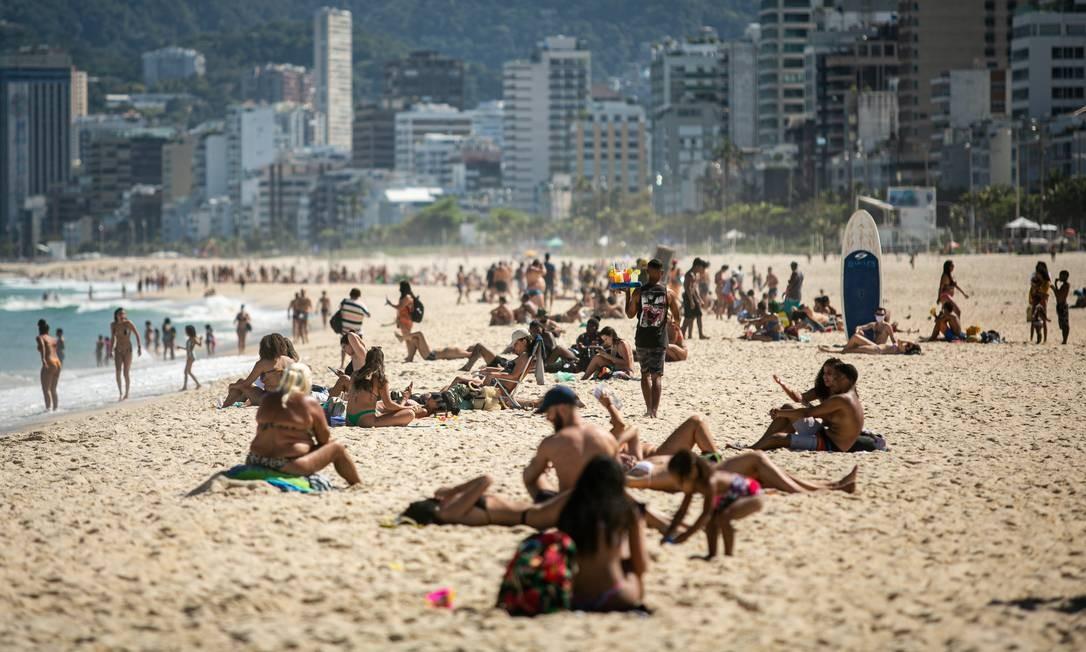 O banho de mar recreativo está liberado desde a semana passada, mas ainda é proibida a permanência dos banhistas na areia das praias, principalmente sem fazer uso da máscara Foto: Hermes de Paula / Agência O Globo