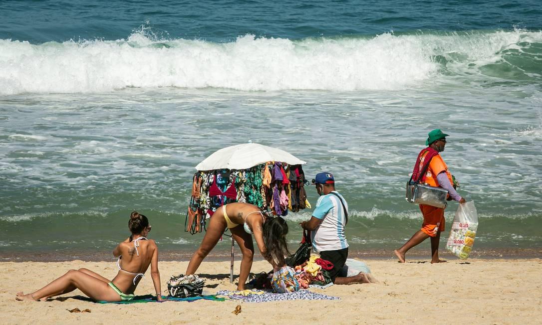 As cangas dividem espaço com as toalhas nas areias de Ipanema e Leblon Foto: Hermes de Paula / Agência O Globo