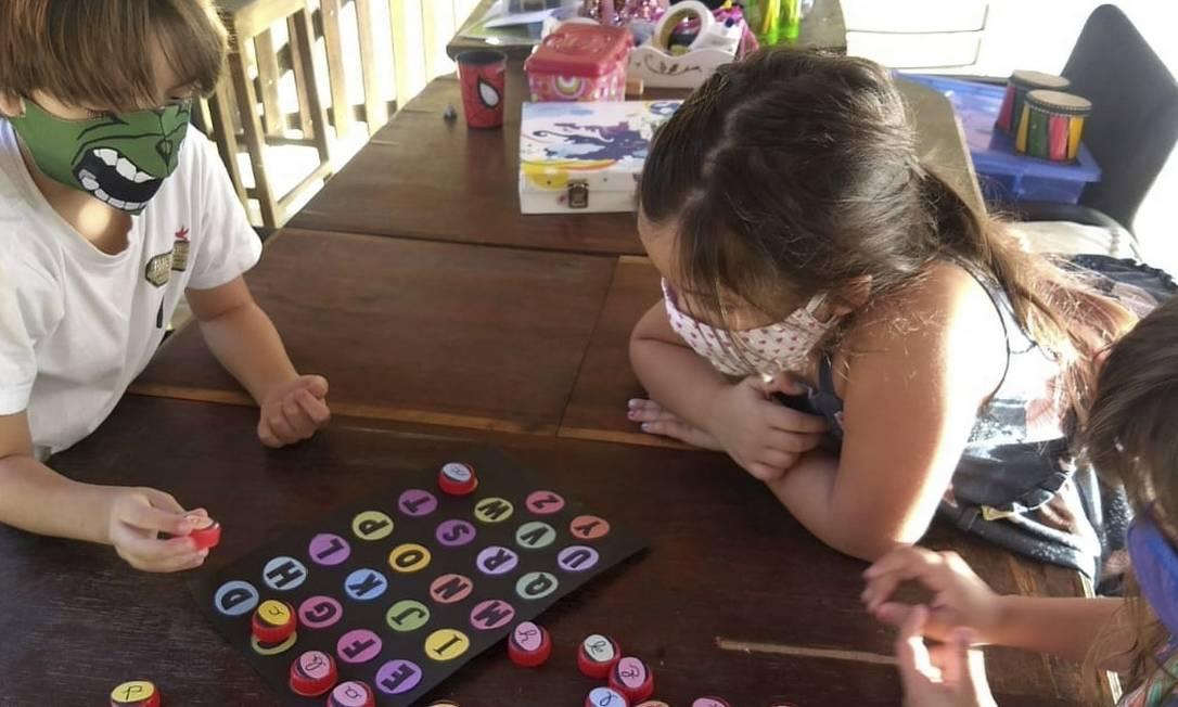 Crianças fazem atividade em área externa do condomínio onde moram, em Pendotiba: professora foi contratada Foto: Arquivo pessoal