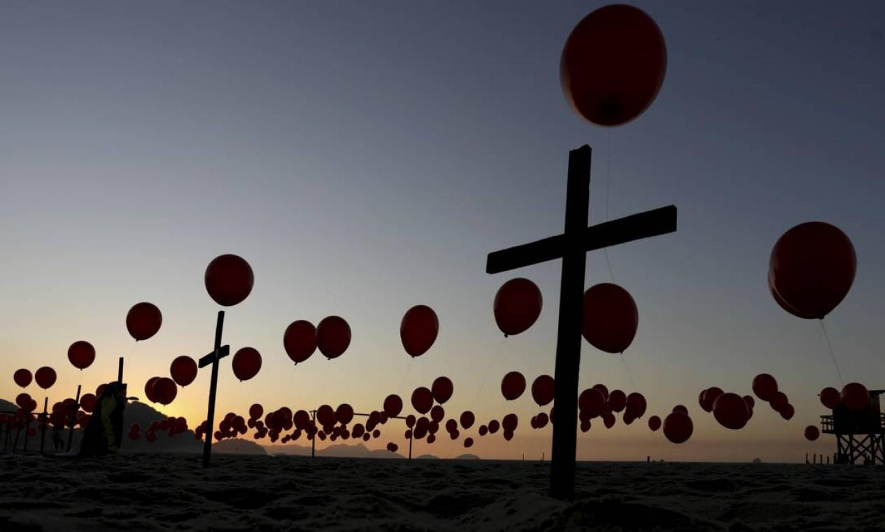Balões vermelhos foram soltos em homenagem às vítimas Foto: Gabriel de Paiva / Agência O Globo