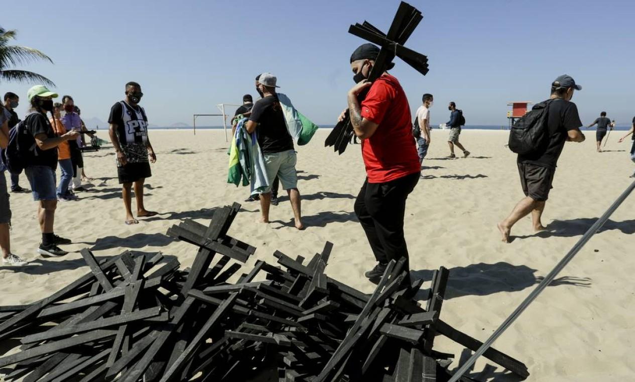 Manifestante colocaram cruzes em sinal de luto na areia de Copacabana, na Zona Sul do Rio Foto: Gabriel de Paiva / Agência O Globo